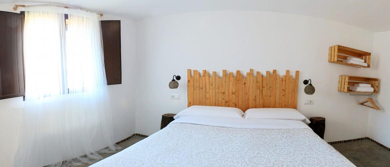 La habitación este triple de El Pajar Negro casa rural Majaelrayo pueblos arquitectura negra, hayedo de tejera negra, pico ocejon