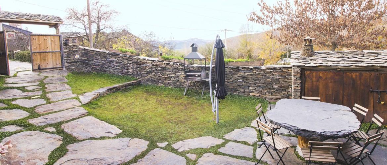 """EL patio de la casa rural El pajar negro de Majaelrayo. Pueblos de arquitectura negra o """"pueblos negros"""". Casa rural con encanto"""