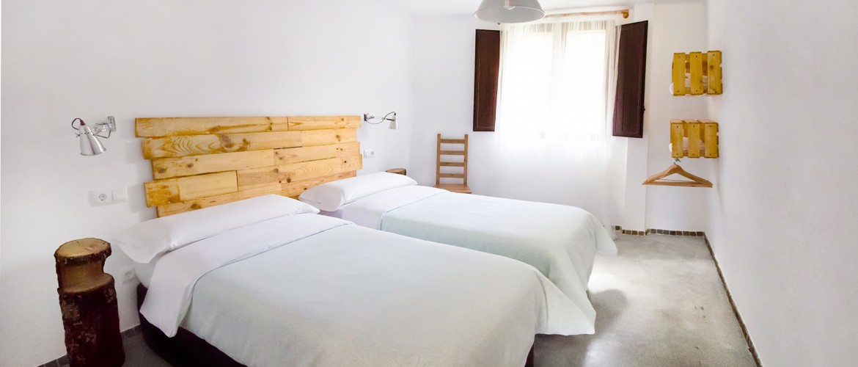 Habitación Oeste con dos camas individuales, de lacasa rural El Pajar Negro de Majelrayo. Situada a los pies del pico Ocejón. En un pueblo con encanto de la sierra de Ayllón.